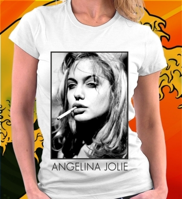 Angelina Jolie курит